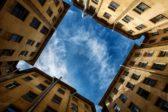 В Ленобласти рабочие спасли падающего из окна многоэтажки ребенка