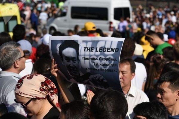 В Казахстане тысячи людей пришли проститься с убитым фигуристом Денисом Теном
