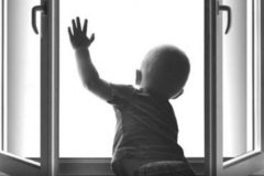 Летом дети чаще выпадают из окон – как предотвратить трагедию