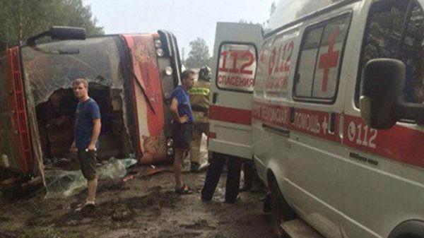Священники помогают попавшим в аварию удмуртским артистам