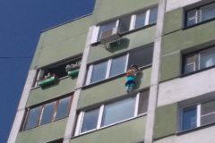 Петербургский промальпер спас девочку, повисшую на карнизе 9 этажа