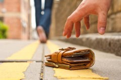Самарские полицейские вернули иностранному болельщику кошелек
