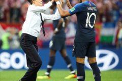 Во время финала ЧМ по футболу на поле выбежали четыре человека в форме