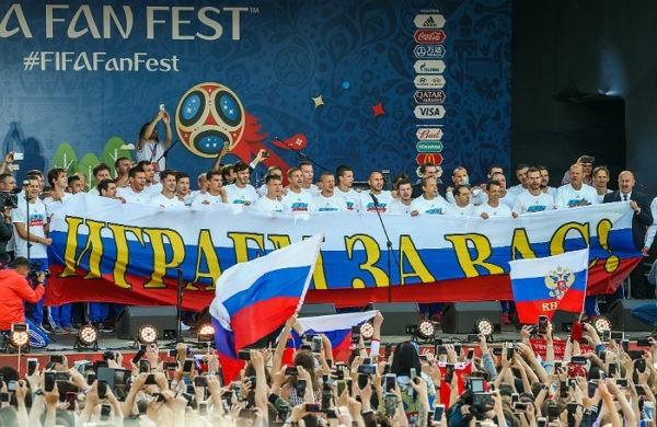 Футболисты российской сборной лично поблагодарили болельщиков на Воробьевых горах