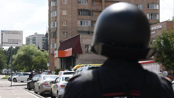 Мужчина, захвативший заложницу в московском магазине, задержан