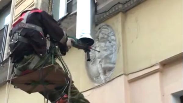В Петербурге рабочий просверлил пупок ангела на фасаде дома для крепления водосточной трубы