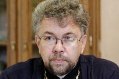 Священник не может приковать себя к плитам и бороться с полицией