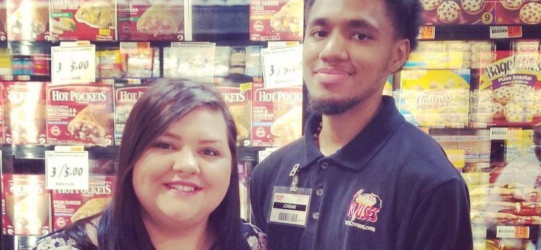 Сотрудник супермаркета помог парню с аутизмом — в ответ ему собрали деньги на колледж