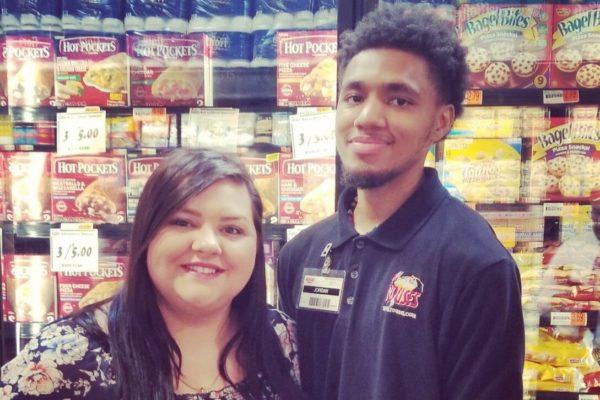 Сотрудник супермаркета помог парню с аутизмом – в ответ ему собрали деньги на колледж