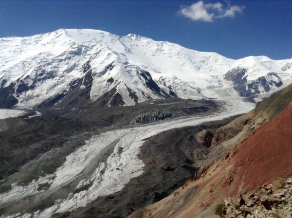 В горах Памира заблокированы заболевшие туристы – туроператор не дает им вертолет