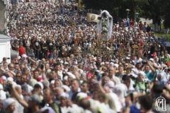 На Украине более 30 тысяч верующих прошли крестным ходом в Почаевскую лавру