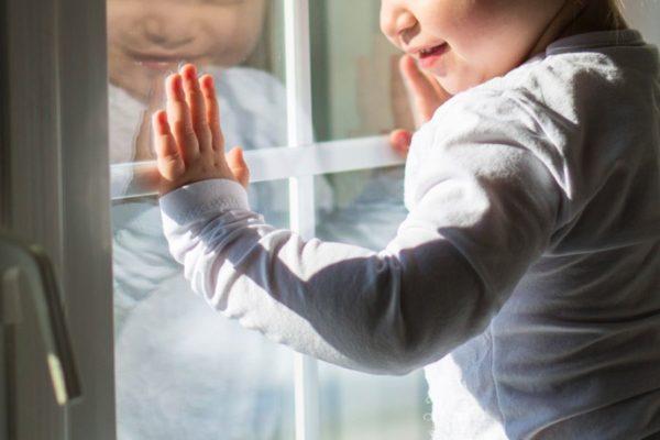 В Твери прохожий поймал упавшего с 4-го этажа ребенка