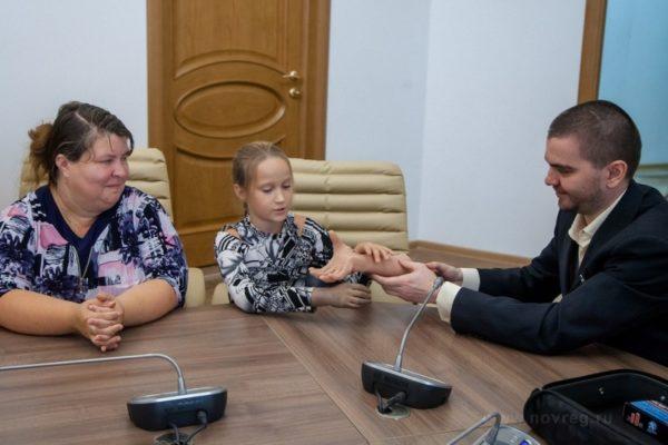 Девочка из многодетной семьи протестирует первый российский адаптируемый протез