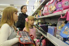Сборы ребенка к школе вызывают финансовые трудности у половины россиян –  опрос