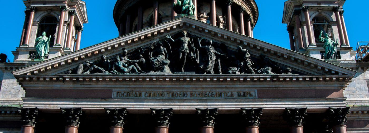 Прикрытые скульптуры и оскорбление колокольным звоном: как обострилась дискуссия о религиозных чувствах