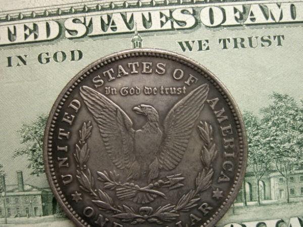 В США отказались убрать с долларов фразу «Мы верим в Бога» по требованию атеистов