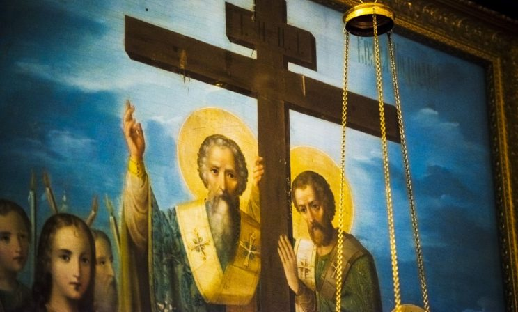 Разгребаешь кучу мусора, а на дне ее – забытый Крест
