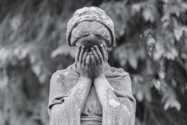 «Пора подумать о себе, его уже не вернёшь» – что нельзя говорить человеку в горе