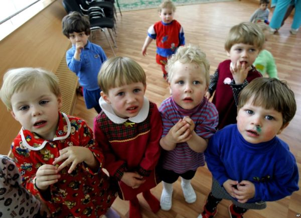 В России рекордно снизилось количество сирот – сообщают СМИ