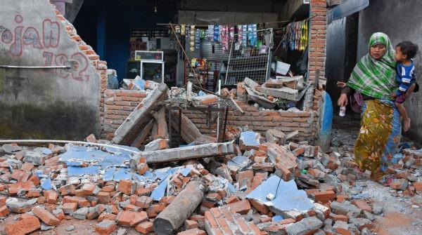 В Индонезии жертвами землетрясения и цунами стали 380 человек