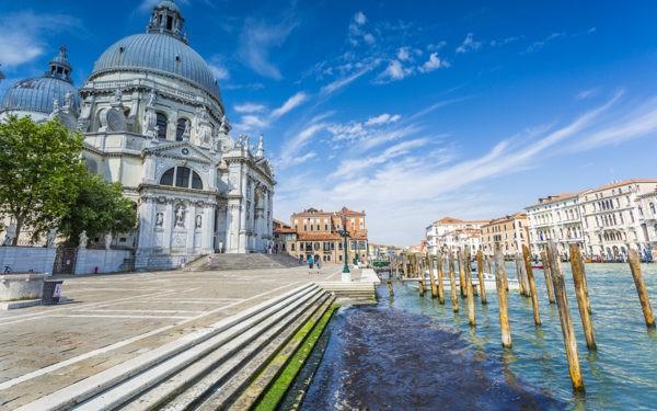 Туристам запретят сидеть на ступеньках перед церквями Венеции