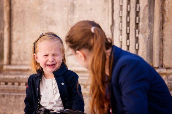 Ребенок плачет: «Не хочу в школу» – срочно переводить в другую или дать время