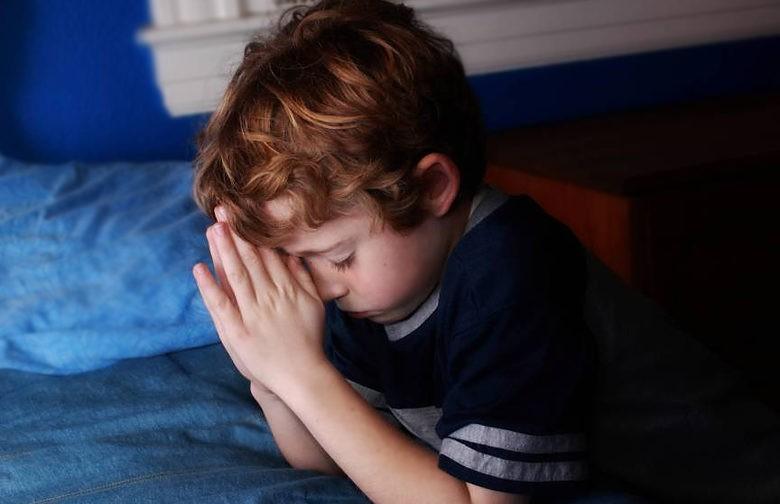 До утра мальчик молился под кроватью, чтобы его родители примирились