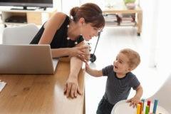 Для детей работающих мам предложили создавать комнаты при офисах
