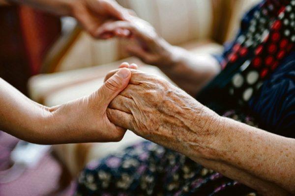 Соседи не дали женщине отправиться в дом престарелых – 10 лет они ухаживают за ней сами