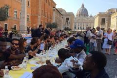 650 беженцев бесплатно накормили в Риме за христианским «столом солидарности»