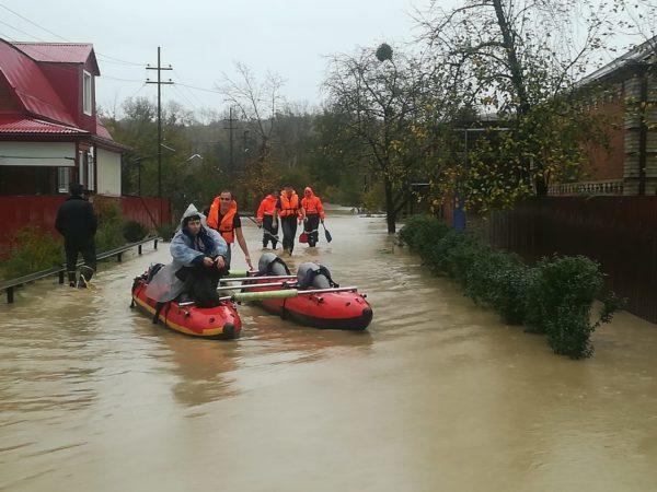 Кубанские священники оказывают помощь пострадавшим от наводнения в Туапсе