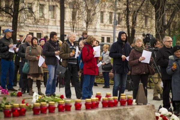 В Москве проходит акция памяти жертв репрессий «Возвращение имен» – прямая трансляция «Мемориала»