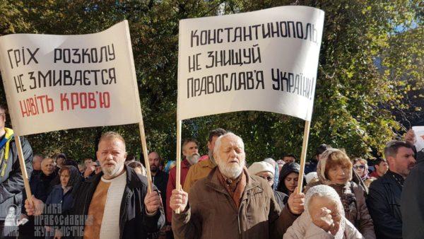 Верующие УПЦ провели молитвенное стояние в защиту канонического Православия