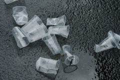 Европа полностью отказывается от одноразовой посуды из пластика