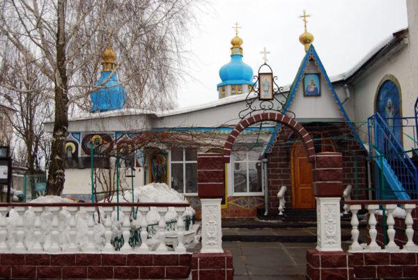 В Киеве верующие Украинской Церкви защитили свой храм от провокаторов-раскольников