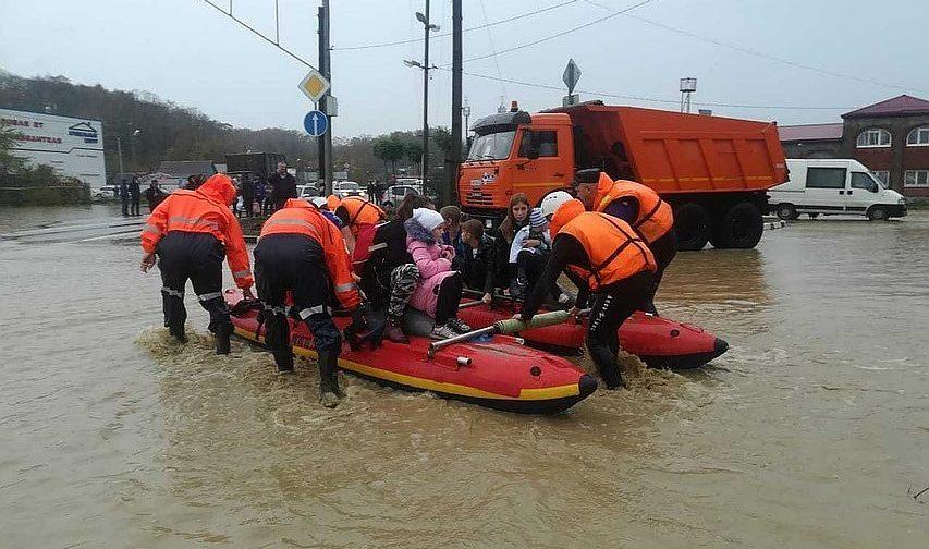 Наводнение на Кубани: сотни домов затоплены, поезда не ходят, шесть человек погибли