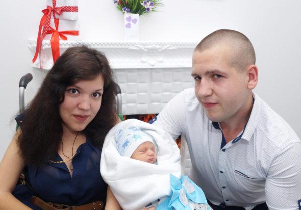 Только операция поможет Вике взять сына на руки