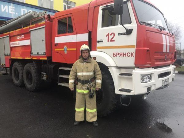 Брянский пожарный в свой выходной спас десять соседей из горящего дома