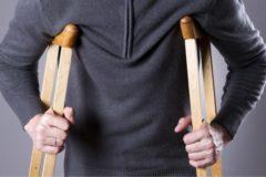 Алтайские полицейские применили физическую силу к мужчине на костылях – СК начал проверку