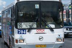В Омске женщина с ребенком выпала из автобуса на ходу