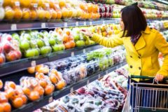 Треть россиян тратит на еду больше половины дохода