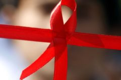 Более половины приемных родителей детей с ВИЧ сталкиваются с дискриминацией