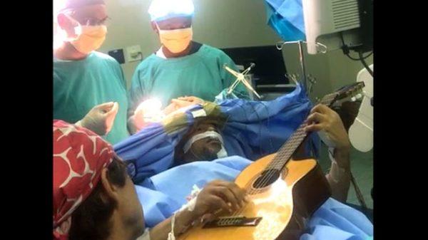 Музыкант из ЮАР играл на гитаре во время своей операции на головном мозге