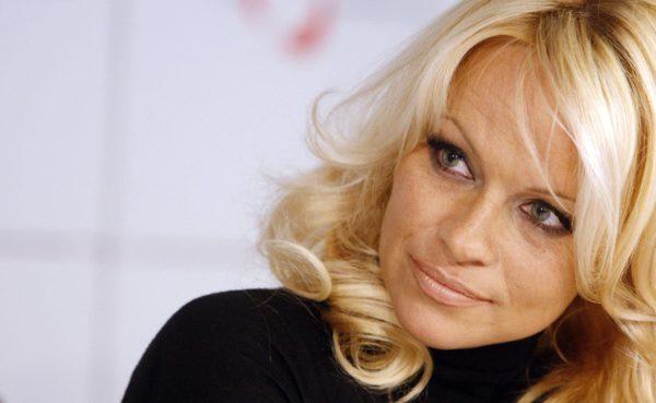 Памела Андерсон попросила Владимира Путина остановить отлов китов для океанариумов