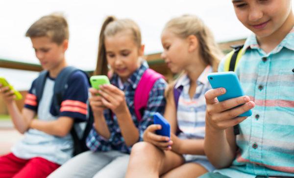 Родители беспокоятся, что смартфоны уничтожают их детей – что можно предпринять