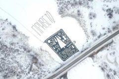 Пенсионер-инвалид из амурского села создал новогоднюю открытку на льду – видео