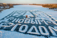 Каждый новый год глухой пенсионер рисует открытку на льду