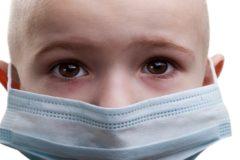 Девочка в маске и яблочки от бабули – как донести, что рак не заразен