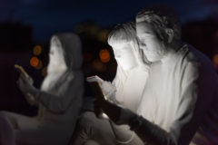 В Амстердаме открыли скульптурную группу «поглощенных» смартфонами людей – фото