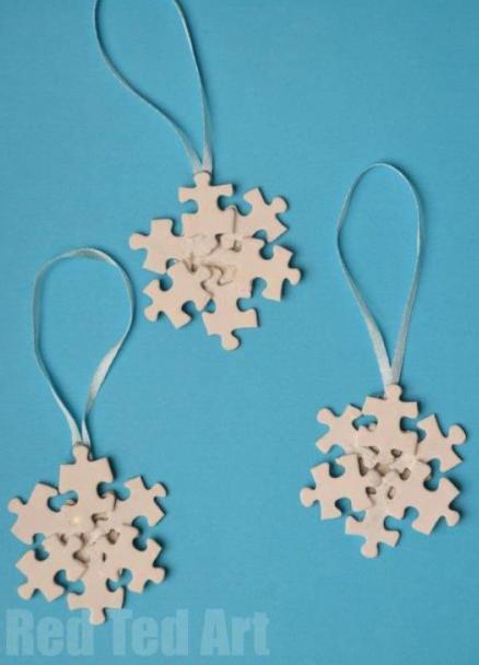 Новогодние поделки своими руками - снежинки из паззлов